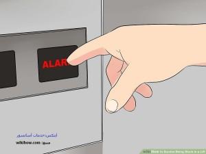 زدن دکمه هشدار هنگام گیر کردن در آسانسور
